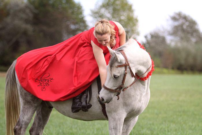Fotoshoot met paard - prinsessen thema.  (Recordpoging Lamett - 1101 prinsessen - grootste vrouwelijke spionkop van België)