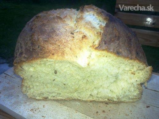 Domáci zemiakovo-rascový chlieb je v rodine môjho manžela dlhoročnou veľkonočnou tradíciou. Tradície sú na to, aby sa odovzdávali z pokolenia na pokolenie a prípadne aj niekomu ďalšiemu, napríklad vám, milí varecháči :)