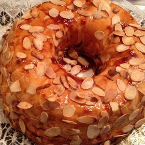 Le Molotof est un dessert traditionnel portugais fait avec des blancs d'œufs et du sucre, Il est nappé avec une crème d'œufs et saupoudré d'amandes.