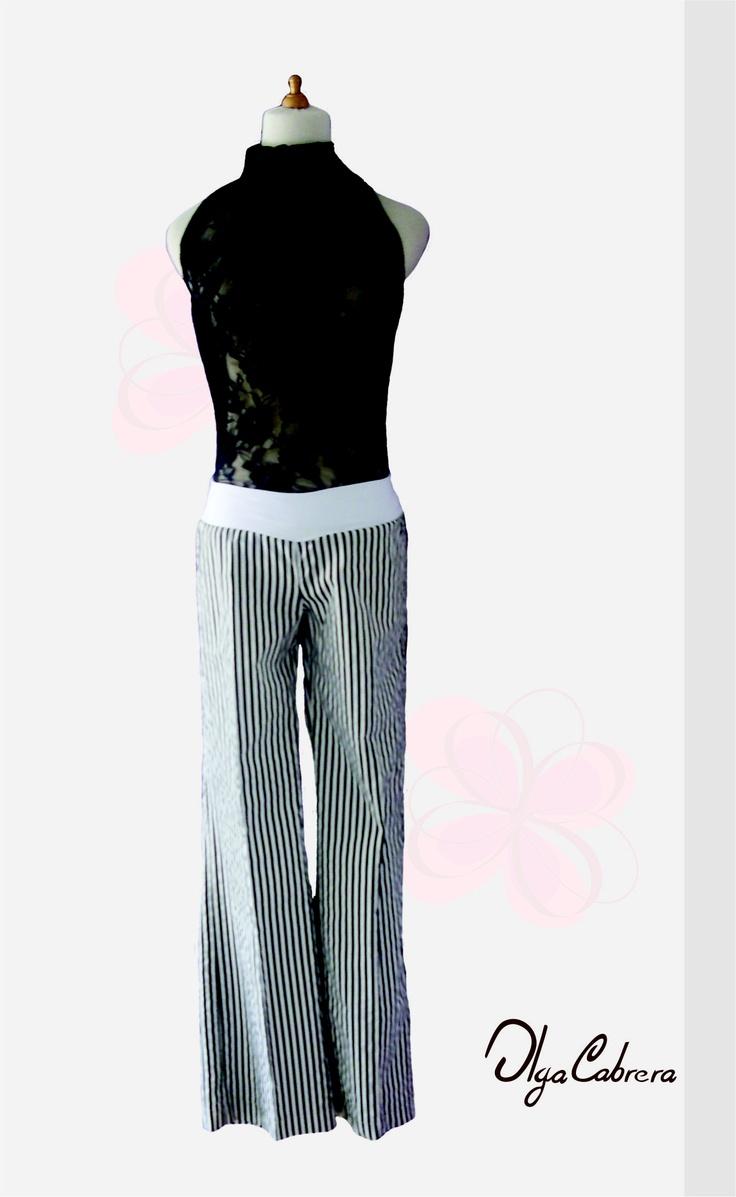 Articulo: Blusa de manga sisa cuello tortuga elaborada en blonda.  Articulo: Pantalón de rayas elaborado en algodón strech con pretina licrada.