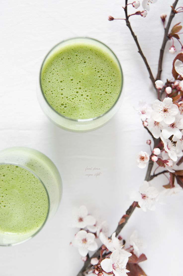 Green smoothie with pear, spinach and wheatgrass juice / Zielone smoothie z gruszką, szpinakiem i sokiem z trawy pszenicznej