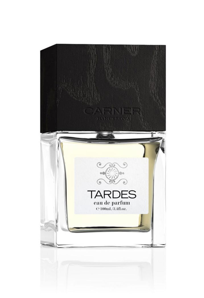Tardes by CARNER BARCELONA. A peaceful stroll through the wheat fields and almond trees as the light of a summer day wanes and the warmth of the air caresses your skin... Admiring the beauty of the sun as it starts dipping behind the rolling hills and bunches of wild roses and geraniums color the dimming countryside. Their bountiful blooms release subtle droplets of nectar that float in the air and blend with the earthy scent of freshly cut wood, invading the early night…