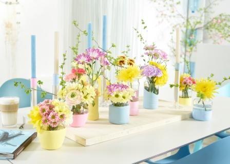 Kleine Frühlingsfreuden... Eine fröhlich-bunte Tischdekoration aus Chrysanthemen und ihren blumigen Freundinnen. Spielerisch, leicht und anmutig im aktuellen Trendstil Happy Life.