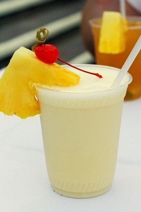 Pina Colada: la ricetta originale del cocktail con ingredienti, dosi e consigli. http://winedharma.com/it/dharmag/giugno-2014/pina-colada-il-cocktail-dellestate