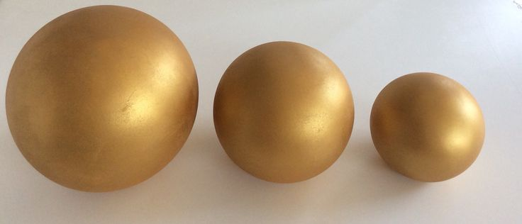 Sfere in ceramica oro satinato. Grandi (disponibili 3) Diametro cm.30. Media (disponibili 2) Diametro cm.20. Piccola (disponibili 4) Diametro cm.15.