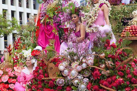 Funchal, Madeira - 20 Nisan 2015: Performans katılan çiçek Festivali geçit Madeira Adası, Portekiz üzerinde renkli ve ayrıntılı kostümleri ile - Stok İmaj #73666945
