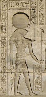 los egipcios tenían una religión monoteista esto quiere decir que solo tenían un solo dios, su dios era amon-ra el dios del sol, era el creador de todo el universo y lo eligieron pese a su manera de iluminar, forma perfecta y su calor