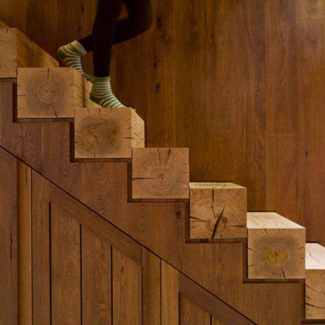 <p>Réalisé par un menuisier, cet escalier bouscule les codes avec ses marches carrées taillées dans des troncs d'arbres. Un aspect brut, naturel mais extrêmement chic...