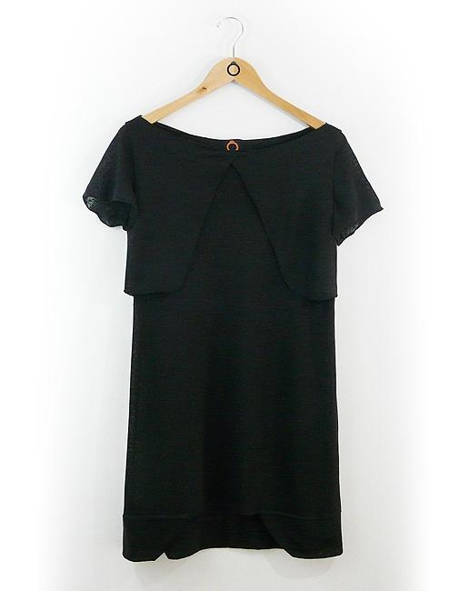 Vestido em malha tricôzinho preta com 2 rebites pretos nas costas. R$198.90