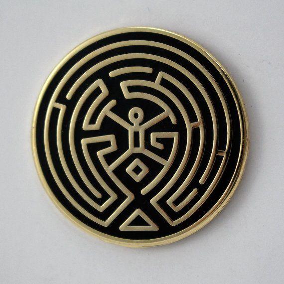 Cette broche n'est pas faite pour vous. Heureux de voir où nous mène ce labyrinthe. J'ai créé cette broche pour aider les autres à trouver leur chemin. Restez loin nouveaux arrivants. • 1 de diamètre • Émail dur • Placage d'or sans nickel • Découvrez votre Arnold intérieure Ferait un excellent cadeau pour ceux toujours pris au piège dans le labyrinthe.