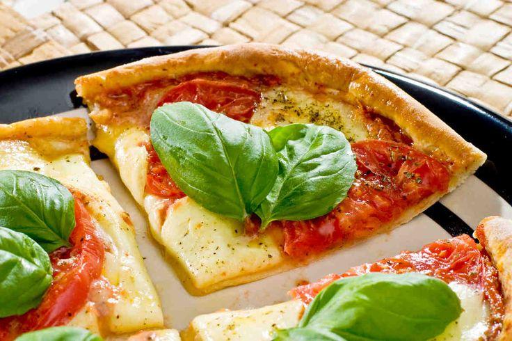 Pizza z pomidorami i mozzarellą #smacznastrona #przepisytesco #italy #pizza #mozzarella #pomidory #bazylia #pycha