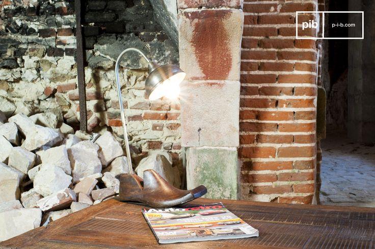 Der metallische Teil der Leuchte steigt aus dem Absatz des Schuhspanners empor. Die Tischleuchte Horma ist wahrhaftig eine außergewöhnliche Lampe, die einen einzigartigen Stil besitzt, der Sie durch ihren Trödel-Charme verführen wird.