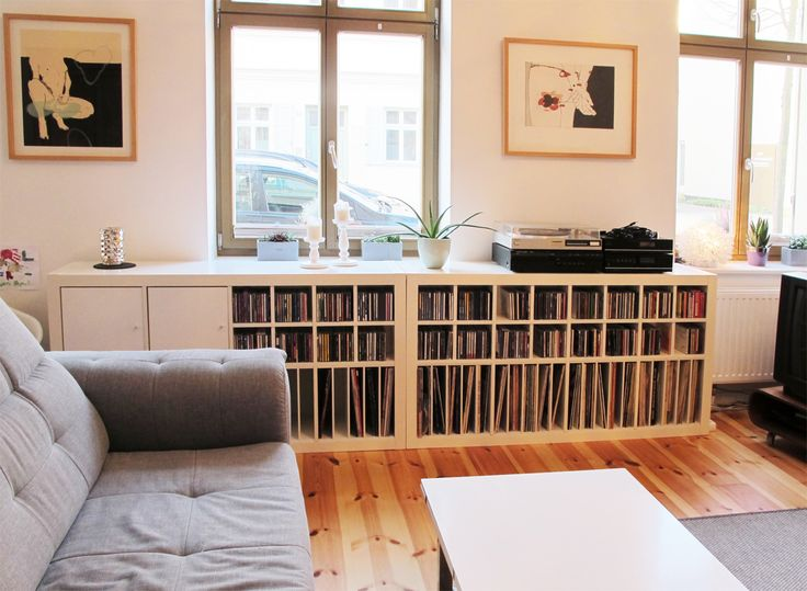 #Expedit #Regal von #Musik-Fans ausgestattet mit #Schallplatten- und #CD-Einsätzen von #new-swedish-design.de // Living room of real music lovers - Ikea Expedit with vinyl and cd #shelves of new-swedish-design.de