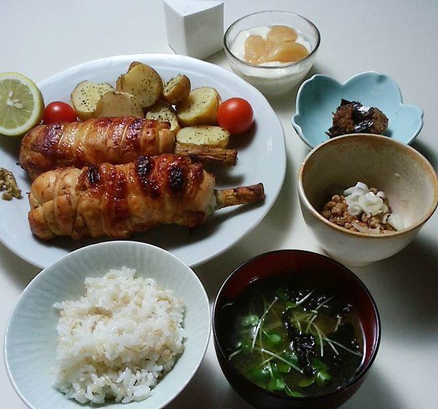 #晩ご飯 #ギャートルズの肉 風#ポテト #お汁 #もちむぎごはん #豆乳ヨーグルト #洋ナシコンポート #納豆 #うちごはん #肉