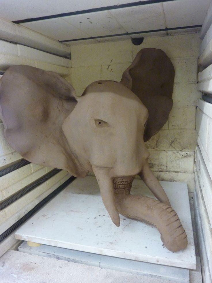 masque de tête d'éléphant réalise par un enfant terre chamotte