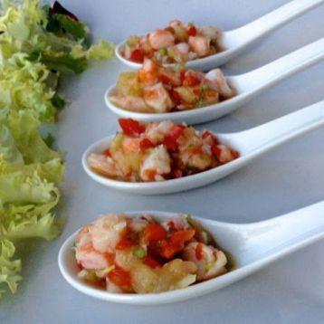 Cucharitas de langostinos y piña con vinagreta