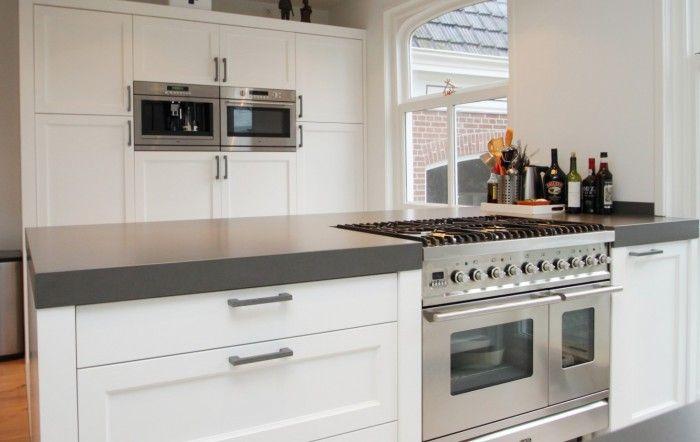 Krijtbord Achterwand Keuken : Mooi wit houten keuken met betonnen keukenblad. #53 nieuw huis idee