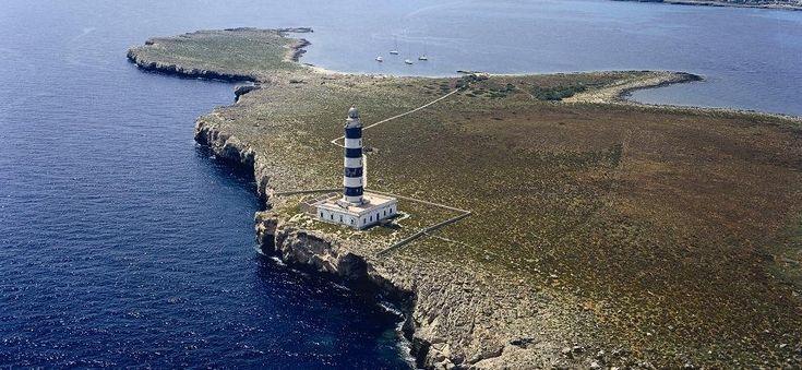 Faro de l'Illa de l'Aire – Menorca Una pequeña isla con un gran faro, situada a la entrada del Puerto de Mahón
