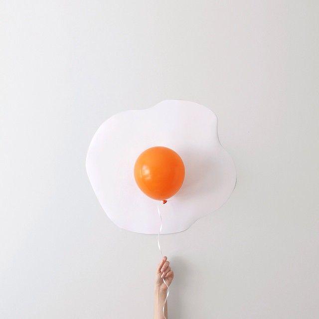 La photographe australienne Peechaya Burroughs photographie des petites mises en scènes minimalistes en utilisant seulement quelques objets ou bouts de papier dont elle détourne l'utilisation. Vous pouvez en voir plus sur son site ou la suivre sur Instagram.