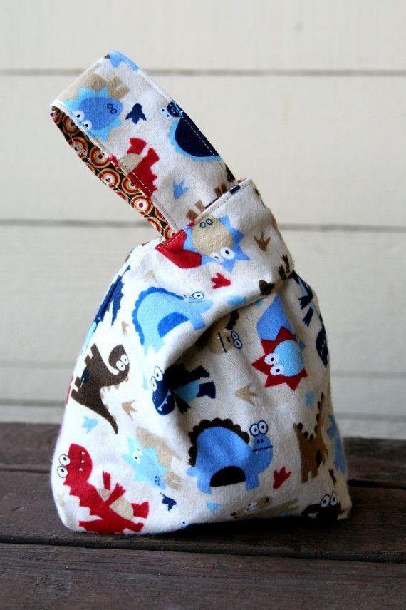 Reversible Mini Knoten Projekt Tasche - Retro-Dinos!  Große Tasche zum Stricken für unterwegs!  Diese Tasche ist die perfekte Größe für einen kleinen stricken oder häkeln Projekte wie Socken oder einen leichten Schal. Bügelgriff ist perfekt für rutschen um Ihr Handgelenk, so dass Ihre Hände frei zum Stricken oder häkeln Sie unterwegs! Diese Tasche kann auch als ein Lunchpaket, Geschenktüte, Kosmetiktasche, Markt-Tasche und vieles mehr verwendet werden!  Tasche ist aus 100 % Baumwolle Quilten…