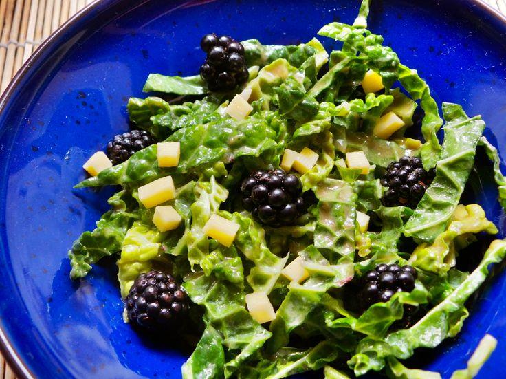 Kelsaláta tahinivel. A kelkáposzta jóval többet tud, mint a közismert főzelék. Fogyaszthatjuk például nyersen, egyedi ízt ad a salátánknak, ráadásul így megmarad benne minden finom tápanyag is.  Nagyon jól passzol a tahini telt ízéhez, a szeder pedig még jobban kiemeli az egyes karaktereket. Hozzávalók és recept: http://kertkonyha.blog.hu/2014/07/15/kelsalata_tahinivel