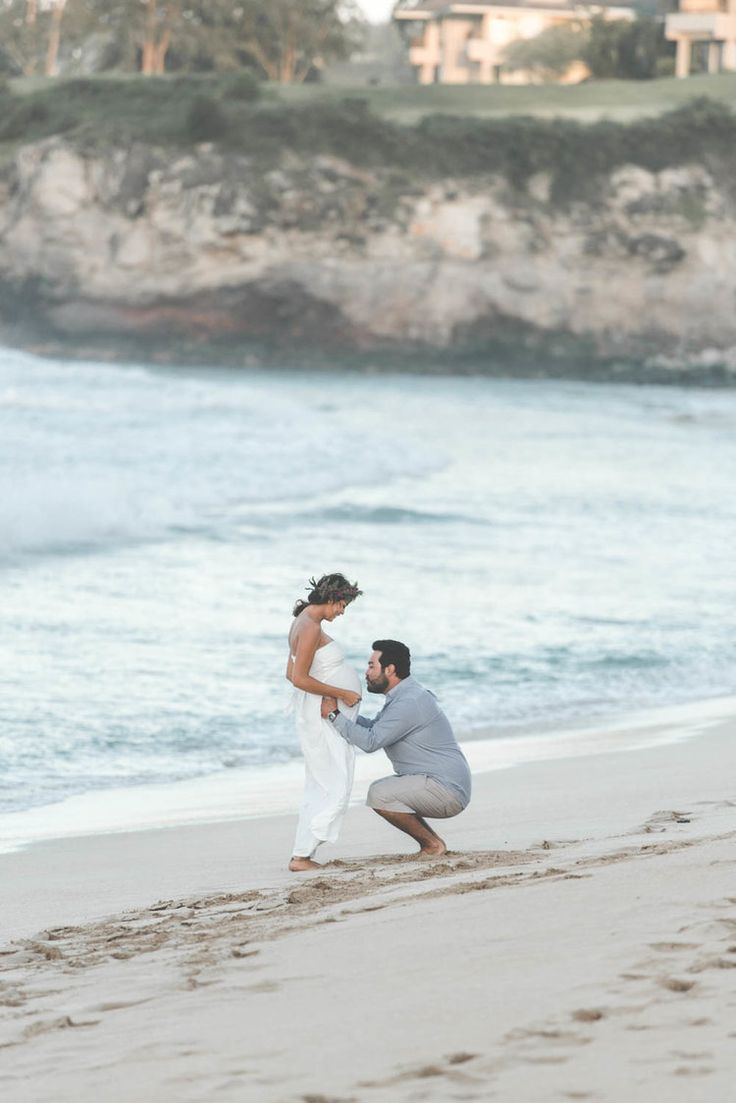 These Hawaiian beach maternity photos by Rodrigo Moraes Photography are absolutely incredible! See all of the beauty over on the blog!  Beach MATERNITY PHOTOS | Oneloa Bay Beach Maternity Photos