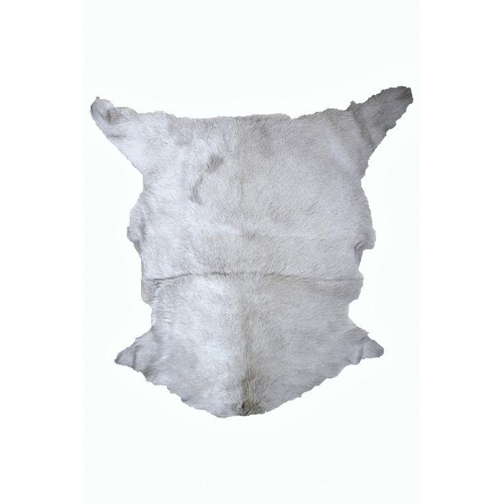 Elegancka kozia skóra, w szaro srebrnym kolorze. Będzie pięknie wygladać np. w sypialni. Miło będzie stanąc po przebudzeniu na takim milutkim chodniczku. Produkt markowej firmy. Wymiary : max. szerokość 75 cm x max. długość 110 cm