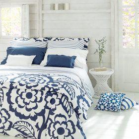 Dormitorio con ropa de cama azul
