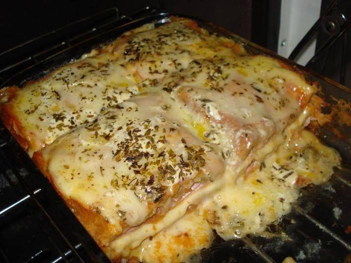 Ingredientes  Manteiga para untar 1 pacote de pão de forma 1 copo de requeijão 200 g de queijo prato 200 g de queijo mussarela 200 g de presunto Meio copo de leite Tomate em