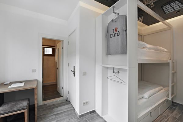 Bunk hostels hotel rooms interior design pinterest for Decor do hostel