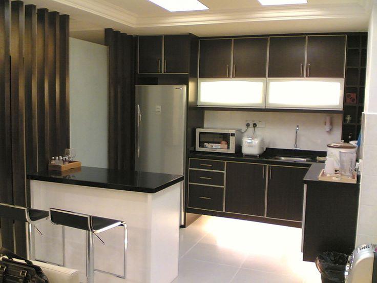 Кухня черного цвета с металлическими деталями и техникой