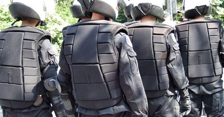 """Armas usadas pelo grupo da SWAT . A SWAT """"Special Weapons and Tactics"""" (Táticas e Armas Especiais, em tradução livre) é um pequeno grupo de policiais, especialmente treinados e equipados, que são mobilizados em situações voláteis ou de alto risco. Tais situações podem envolver lidar com suspeitos barricados ou servindo mandados contra criminosos particularmente violentos. As ..."""