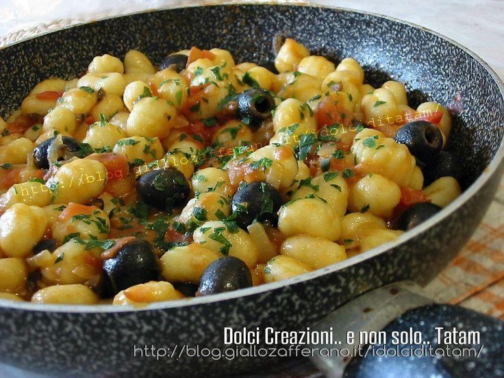 Gnocchi di patate con acciughe e olive, un condimento insolito per un primo piatto davvero saporito e gustoso che si prepara in pochi minuti.