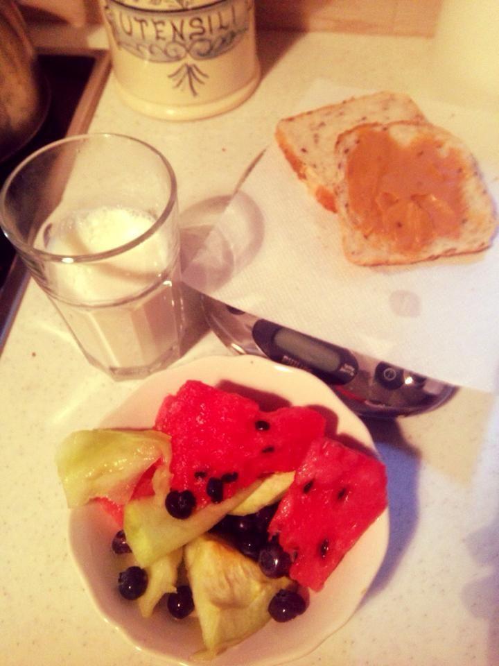 ψωμι με φυστικιβουτυρο, γάλα, φρουτοσαλάτα!!