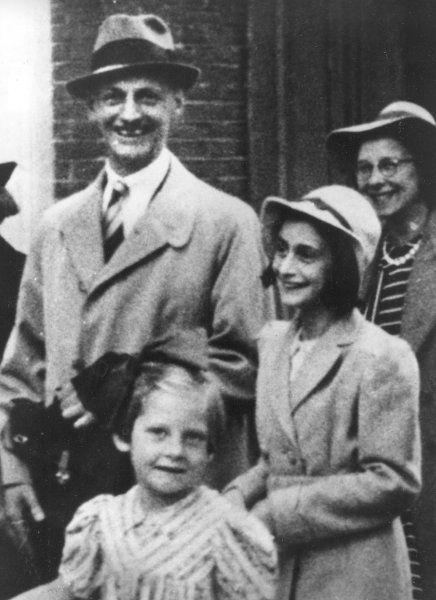 Flucht in die Niederlande:   Anne Frank (rechts) mit ihrem Vater Otto und zwei...