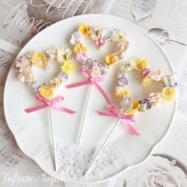 * ハート型にくり抜いたクッキーに エディブルフラワーでふわふわに飾り付けた お菓子が可愛すぎる .·˖*·⑅♡ . クッキーだけでも可愛いけれど…