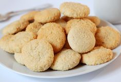 Low-carb amaretti biscuits