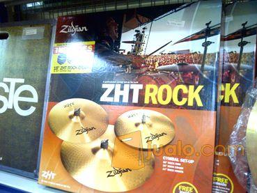 "Zildjian ZHT Rock Kualitas Ori Oke Banget! @ 4.950.000,- 021.5565.5646 / 23691acb Hi hat 14"" x 36cm rock hi hat  Crash 16"" x 40cm rock crash  Ride 20"" x 51cm rock ride  kondisi 100% baru super kinclong, pastinya no krack, no hole.  suara masih 100% tidak berubah, rock abis!! dijamin!!  cocok buat agan2 yg beraliran musik cadas, rock, punk.    web: tokomusiksport  alamat:  Ruko New Asia No.262 - Taman Permata - Lippo Karawaci"