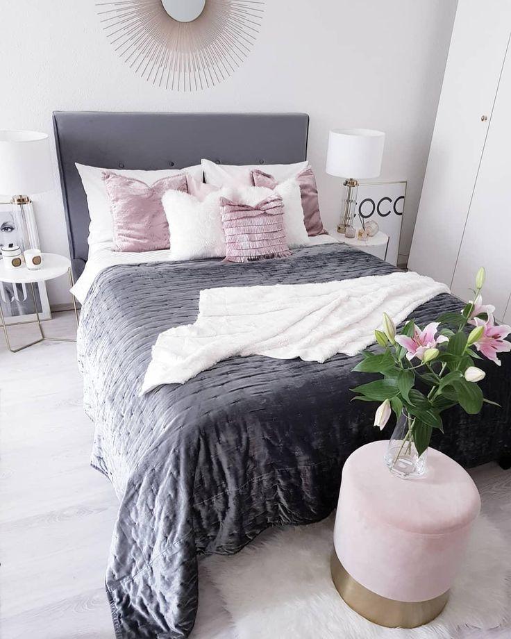 Glam Vibes! In diesem eleganten Schlafzimmer stimmt jedes Detail. Einzigartige Textilien, frische Blumen und der wunderschöne Samt-Hocker Harlow sorgen für einen glamourösen Look! // Schlafzimmer Bett Bettwäsche Kissen Pouf Hocker Blumen Leuchte Vase Samt Velvet Glam Rosa #Schlafzimmer Schlafzimmerideen #Bett #Bettwäsche #Kissen #Pouf #Hocker #Blumen #Leuchte #Vase #Samt #Velvet #Glam #Rosa @rosaaalieee