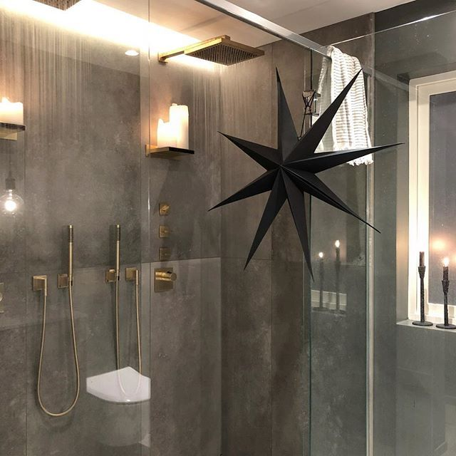 Christmas spirit - ON✔️ #shower#bathroom#dornbracht#xmas#inspo#homeandcottage#tinek#housedoctor#dk#interiors#bad#interiordesign#badogflis#interiordecor ✨✨✨🌟✨✨✨ pynter du alle rom? ✨✨✨🌟✨✨ #interior#interiordesign#bathroominspo#myhome#interiordecor#styledbyme#shower#spa#interiør#myhome#luxuryliving#candlelight#tiles#interiorideas