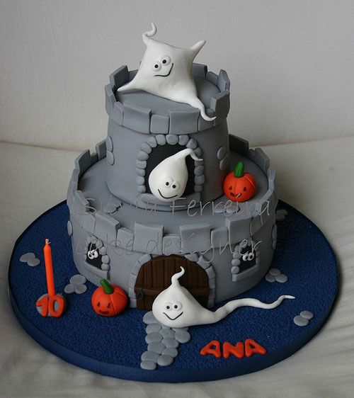 Torta di Halloween a forma di castello con fantasmini