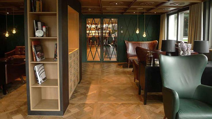 Versailler Tafelparkett von WIMMER im Farbton Vendig. Holzboden in der Smokers Lounge.