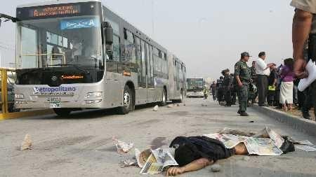 Al menos 5 personas murieron y otras 21 personas resultaron heridas después de que un autobús invadiera anoche un andén en una importante vía de la ciudad brasileña de Río de Janeiro y atropellara a varios peatones. Ver más en: http://www.elpopular.com.ec/54855-autobus-mato-a-cinco-peatones.html?preview=true