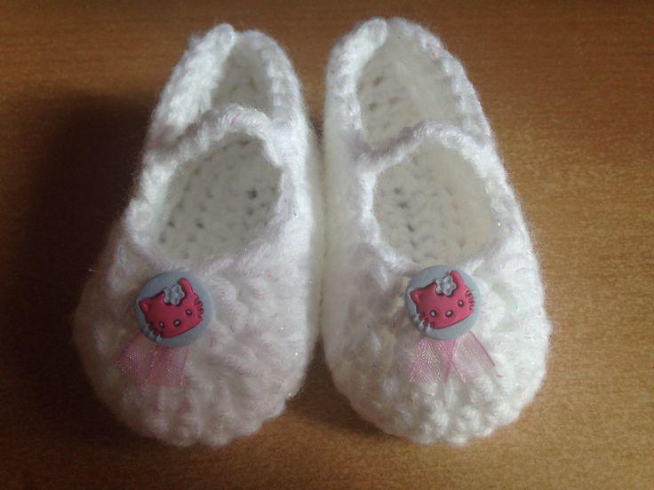 Miminkovské bačkůrky pro holčičku Délka nožičky je cca 8,5 cm. Háčkováno z bílé dětské příze se třpytivým vláknem. Doplněno dekoračním knoflíčkem a růžovou stužkou.