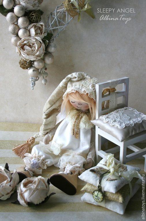 Купить или заказать Ангелы. Ангел Поля. Текстильная коллекционная кукла.Бохо стиль в интернет-магазине на Ярмарке Мастеров. Тише.. Ангел отдыхает... Ангел дремушка Поля, текстильная коллекционная кукла в бохо стиле с налетом легкой винтажности, исполнена в молочно - золотой гамме. Очень теплая, уютная, заботливая малышка, Ангел будет радовать Вас своей нежностью, оберегать и хранить Ваши сны и спокойствие в доме пока вы отдыхаете, и только потом подустав, немного отдохнет.