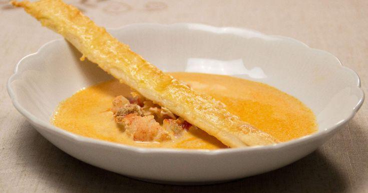 Varm soppa med hummer och whiskey, toppas med grädde och serveras med oststicks