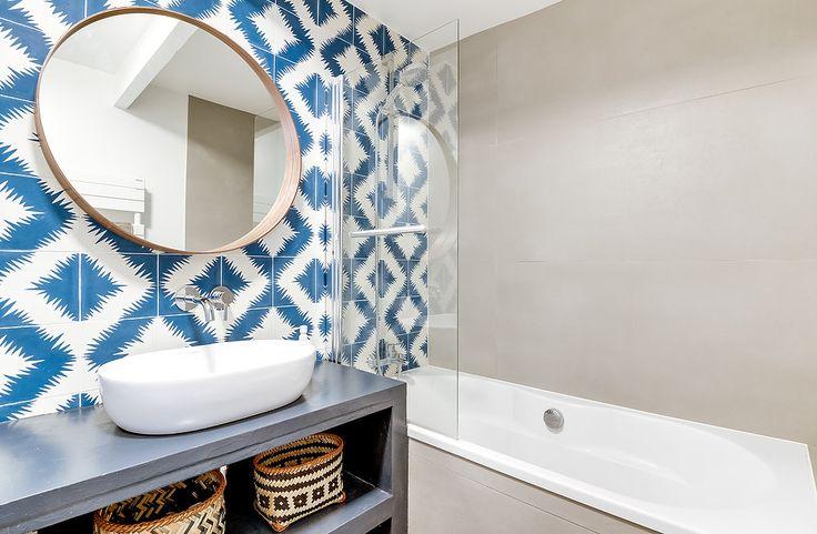 Architectes d'intérieurs, Agence Transition interior Design, Architectes: Margaux Meza et Carla Lopez salle de bain,  carreaux de ciment bleu béton ciré