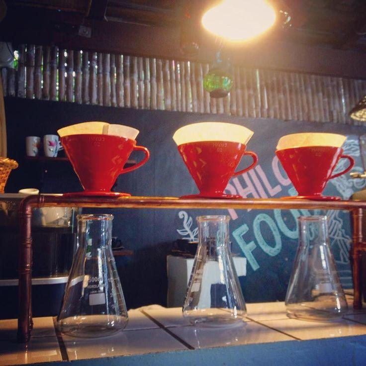 Friozinho combina com várias degustações de cafés especiais ! . 3 cafés bem distintos deixam nossa gôndola com sabores inesquecíveis   variedades mundo novo bourbon amarelo e catuai vermelho ! Qual seu predileto ?  #cafesespeciais #café #loja #mestrecafeeiro #friozinho #cafeteria #sjc #torraartesanal #coffee #specialitycoffee #microroastery Fomos marcados nessas fotos ! obrigado !