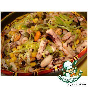 """Ингредиенты для """"Салат с морепродуктами по-испански"""": Морепродукты (коктейль замороженный) — 500 г Лук-порей — 100 г Кукуруза (консервированная) — 50 г Фасоль (белая крупная, консервированная) — 100 г Каперсы — 50 г Базилик (свежий - веточка или сухой - по вкусу) Специи (соль, белый перец, лавровый лист, лимонный сок) Масло оливковое  Источник: http://www.povarenok.ru/recipes/show/48520/"""