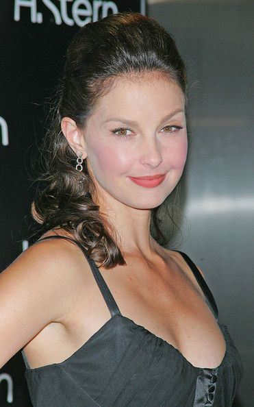 Ashley Judd Photos Photos - Celebs help launch the 'Stern Star' diamond by H. Stern at the flagship store in New York City. - H.Stern diamond launch